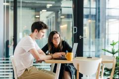 Najważniejsze tematy nie zawsze omawiamy przy biurkach. Czasami dobra kawa staje się inspiracją do ciekawych dyskusji.