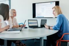 Nowoczesne wyposażenie biura Creamfinance ułatwia codzienną pracę.